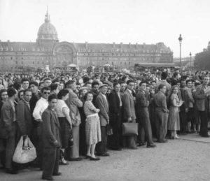 Photo en noir et blanc foule dans les années 1940
