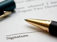Photo stylo sur feuille où est écrit signature