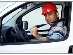 Photo homme dans voiture attachant sa ceinture de sécurité et portant un casque de chantier rouge